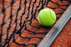 balle-de-tennis-sur-le-filet-30499196